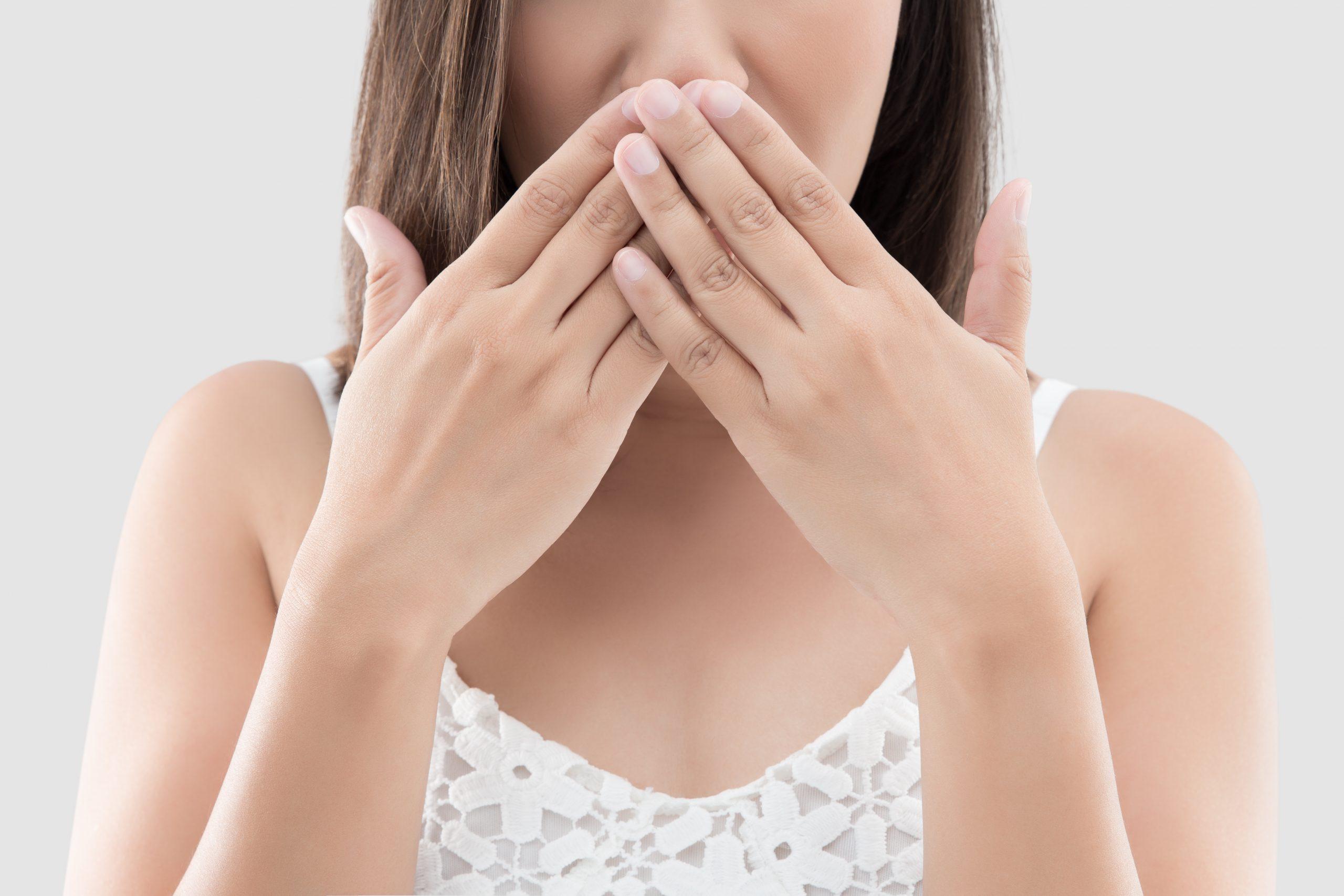4 λόγοι που έχουμε κακή αναπνοή κάτω από την μάσκα